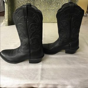 Ariat  black boots , worn only couple of times 7B